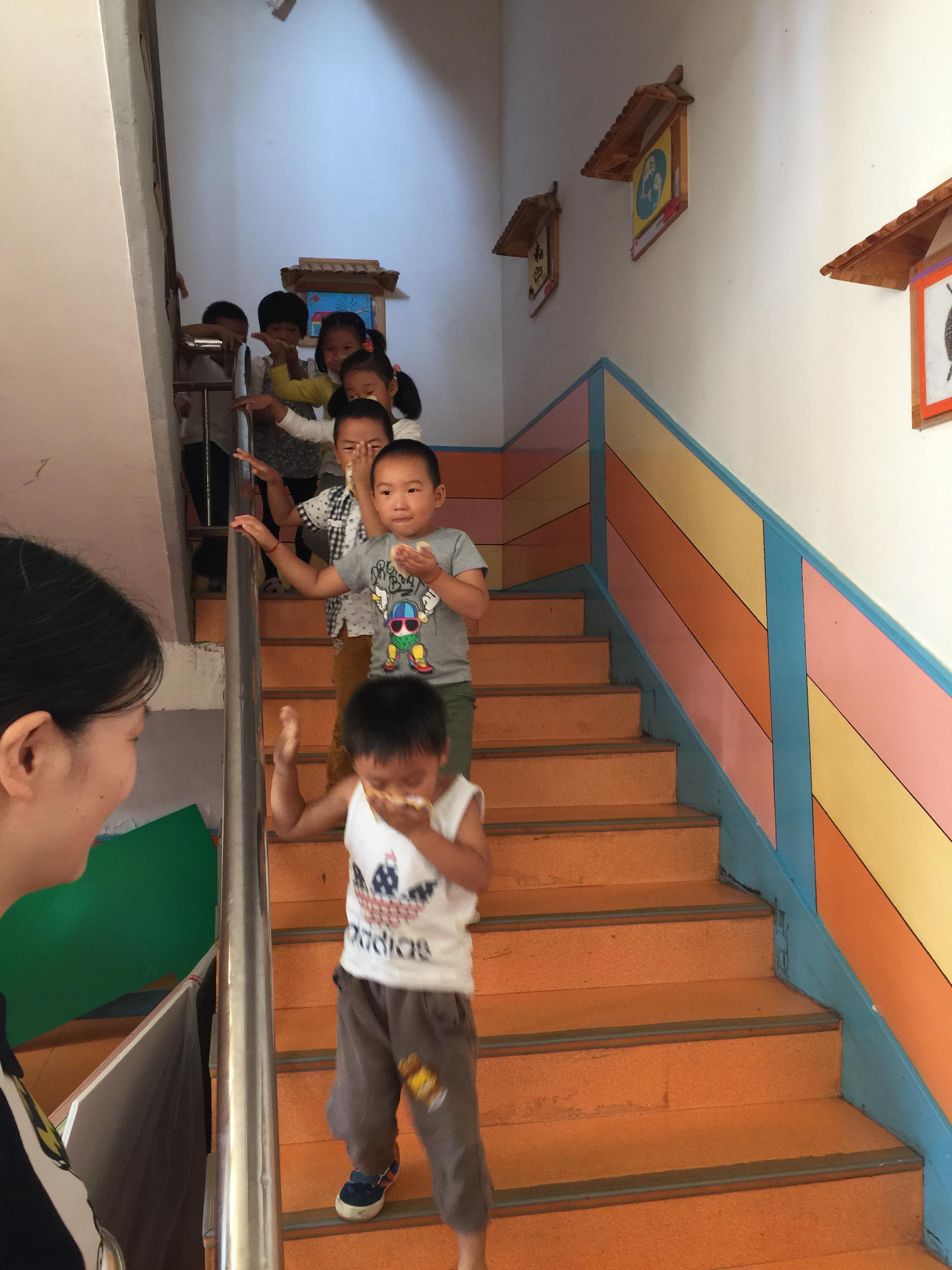 上午8:45分,随着警报铃响,各班孩子们在老师的指导下迅速用小毛巾捂住口鼻,弯下腰,井然有序地按指定路线迅速撤离教室,集中到幼儿园操场上的安全区域,并清点人数,整个疏散活动只用了3分多钟。演习中消防通道畅通,无一幼儿遗漏,无拥挤意外发生。随后,派出所民警对幼儿进行了简短的消防教育,强化了幼儿的消防意识
