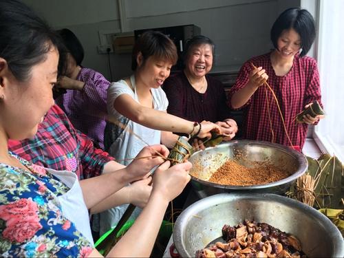 干巷幼儿园工会包粽子活动