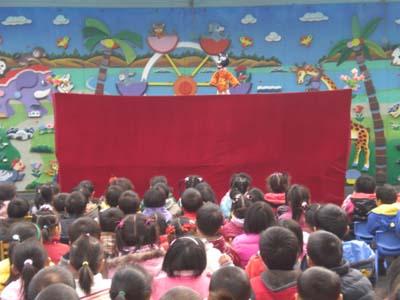 幼儿观看木偶戏表演