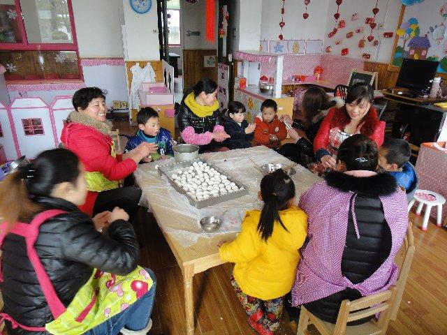 """金汇幼儿园举行""""我来搓元宵""""元宵节亲子活动图片"""
