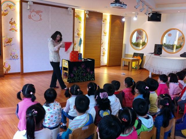 小朋友们被精彩的魔术表演所深深吸引,感受了魔术的神奇魅力.