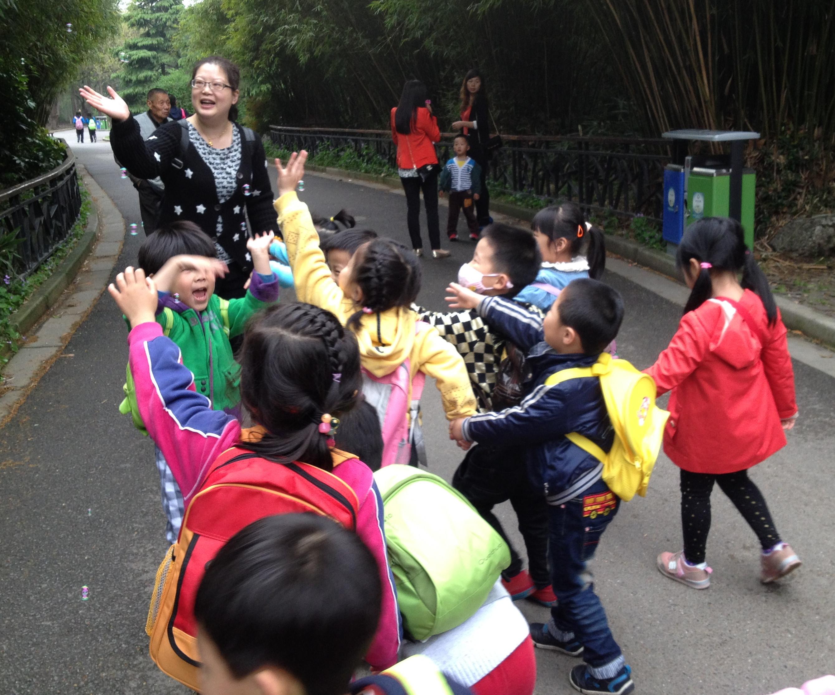 孩子们在老师的带领和简单讲述下,看到了许多有趣、活泼、可爱的动物宝宝,了解了他们不同的习性与本领。同时,孩子们自由地走在动物园中,不时地找着他们眼中的春天:有的孩子乘着风儿追着四处飘散的泡泡;有的孩子则安静地欣赏着春天的花朵;有的孩子则无拘束地奔跑在绿色的大自然中,和草地、春风做游戏呐……