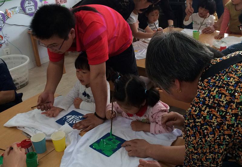 沈巷幼儿园开展小班亲子彩绘t恤活动