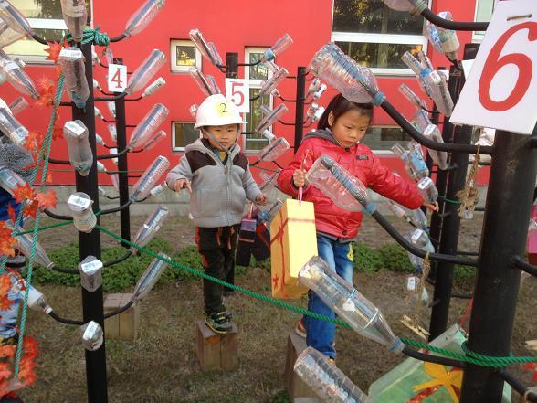 """""""瓶玩""""活动丰富了幼儿的学习生活,初步引发幼儿对科学的探索兴趣,发展了幼儿的观察能力、操作能力、思维能力和创造能力,同时帮助幼儿了解废物再利用的方法,将绿色环保理念悄然植入幼儿的心灵,让幼儿在潜移默化中学习保护环境和热爱生活,促进幼儿全面和谐发展。"""
