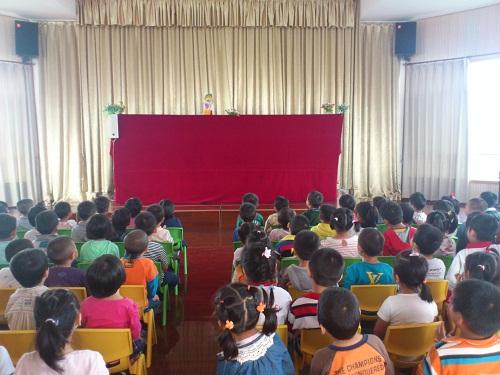 吕巷幼儿园组织幼儿观看木偶戏