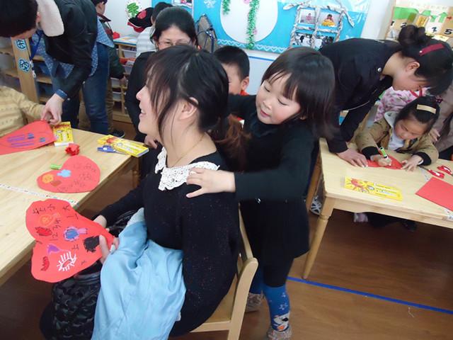小班幼儿和妈妈共同制作大红花