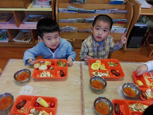 畅玩乐高,快乐共享------西林幼儿园小班开展庆六一活动