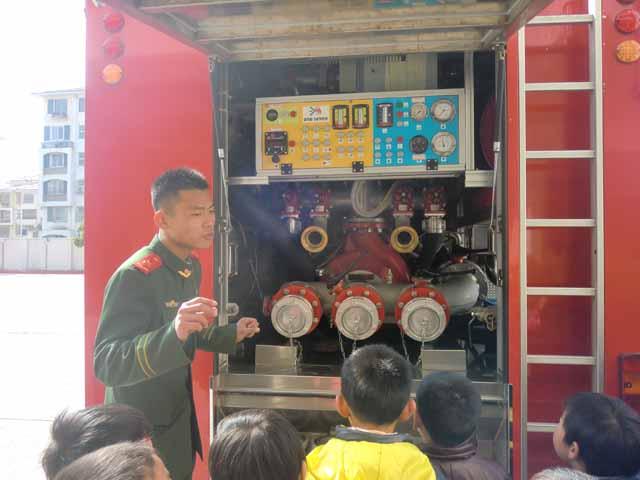 金豆豆幼儿园大班幼儿参观消防队活动