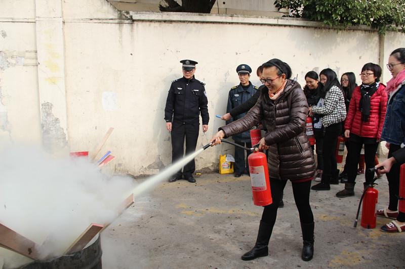 金汇幼儿园开展消防灭火器使用演练