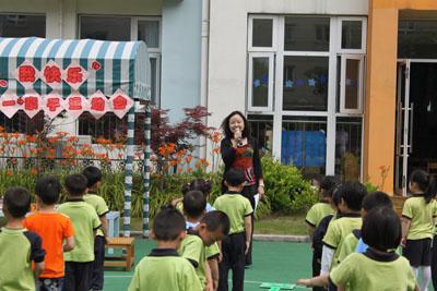 幼儿园老师把学生扔垃圾桶