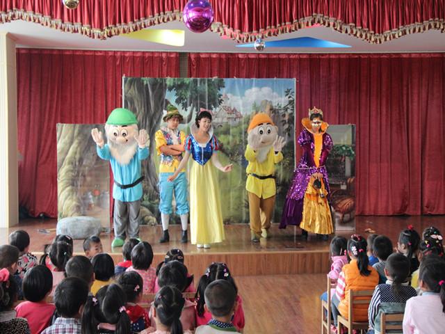 月亮船幼儿园组织幼儿观看儿童剧表演