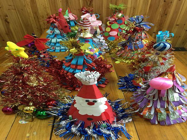 大班的哥哥姐姐们用手工纸制作,装扮着自己的圣诞帽,许下来年的愿望.