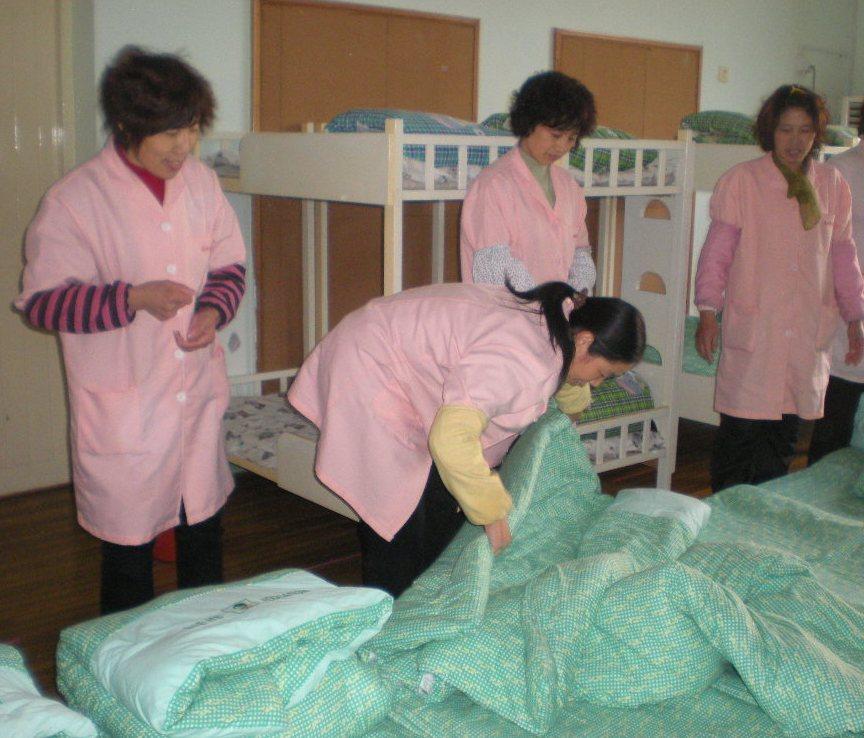 贝贝幼儿园开展后勤组叠被子技能比赛 - 上海学