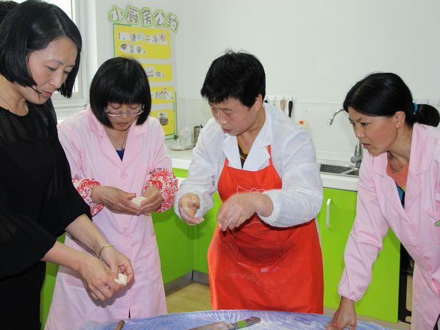 新贝美食幼儿园美食俏佳人v美食之做月饼-上海西郊艺术图片