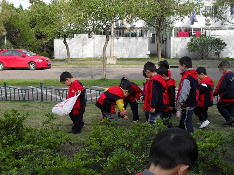 2011年11月22日,临潮幼儿园中班年级组组织了捡垃圾的环保活动。孩子们三三两两,手拿垃圾袋亲手把幼儿园附近小区的垃圾一点点的捡起来,有的捡了树叶,有的拾烟头,有的拣废瓶……孩子们忙里忙外,累得满头大汗,但看到整洁的小区街道,可爱的脸上露出灿烂的笑容。