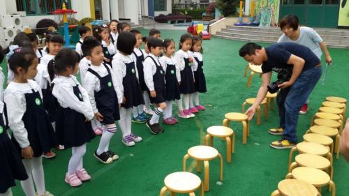 绿洲艺术幼儿园大班毕业照拍摄图片