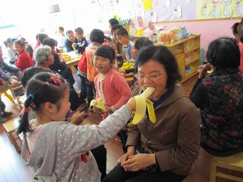 爷爷奶奶辛苦了!——金卫幼儿园中班组重阳节活动