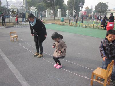 新桥幼儿园举行亲子民间体育游戏活动