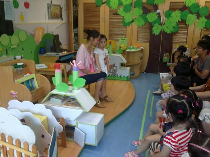 """孩子马上进入幼儿园了,要过集体生活,为了使新小班的孩子能够尽快融入人幼的集体生活,使家长较全面地了解我园的办园思想、教育理念。9月1日上午,人乐幼儿园迎来了150余名可爱的小班新生和家长们,开展了为他们精心准备的小班幼儿适应性""""亲子体验活动""""。 本次活动内容分为室内活动及室外活动。室内集中亲子活动时间约为一个半小时,由幼儿园教师带领组织。户外自由活动时间为半小时,由家长负责陪同进行。 在室外活动中,幼儿和家长们参观了幼儿园环境,以及游玩了园内的各类大型玩具。在开展室内集中亲子活动中"""
