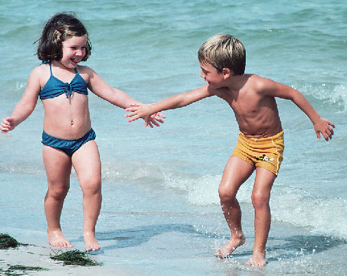 玩水促进孩子发育 家长应做好防护