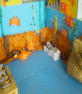 树叶花环,娃娃,水果棒)  幼儿按照录音提示进行表演 角色游戏区