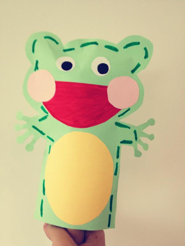 游戏适用:1岁左右宝宝;   制作材料:剪刀、彩纸(没有彩纸,用白纸也可)、水彩笔、固体胶、铅笔;   游戏价值:像布偶一样作为讲故事和与宝宝互动的游戏道具;画纸偶的过程可以引起宝宝对涂鸦的兴趣;   玩法过程:小的纸偶可以套在杆子上,大的可以套在手上,特点在于制作材料简单易找,制作过程简便快速,适用于不善长针线活的家长。对于较小的宝宝纸偶可以作为今后布偶游戏的过渡款;   个人反思:1、纸偶的活动性较布偶还是有一定差距,耳朵、手部活动不足;2、易损坏。 》》更多资源,