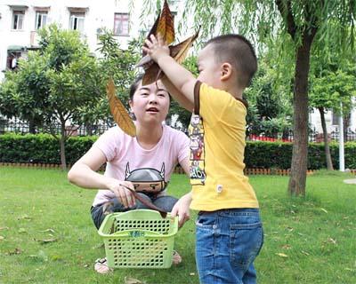 13~18个月宝宝亲子游戏:树叶飞飞
