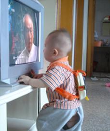 3岁男孩为看电视咬妈妈