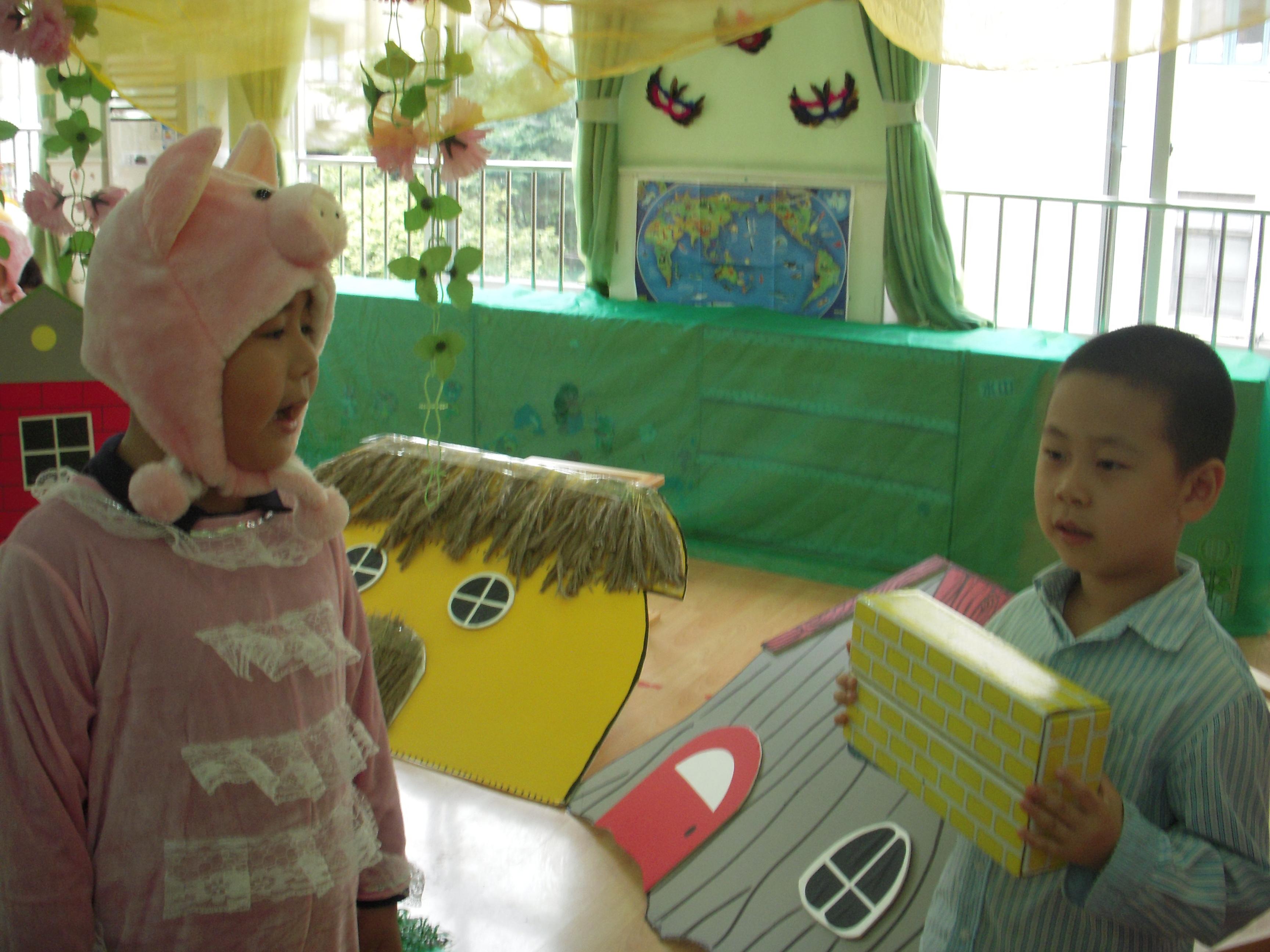 童话剧表演:三只小猪造房子