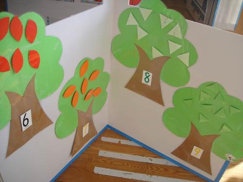 根据树上树叶的提示和数字卡片的提示,贴上形状,颜色,大小一样的数量