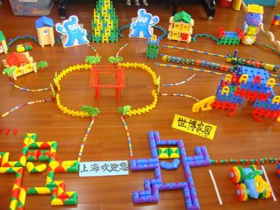 """5月5日)下午,景谷第一幼儿园举办""""庆世博,幼儿建构""""展示活动,将孩子们"""