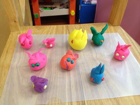 """""""小兔乖乖""""主题活动中,小朋友用橡皮泥捏了可爱的小兔子"""