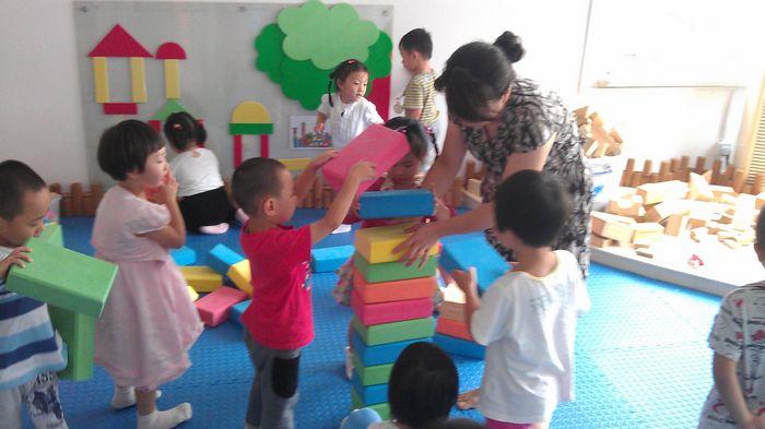 宝宝爱搭积木; 幼儿园积木造型图片分享;