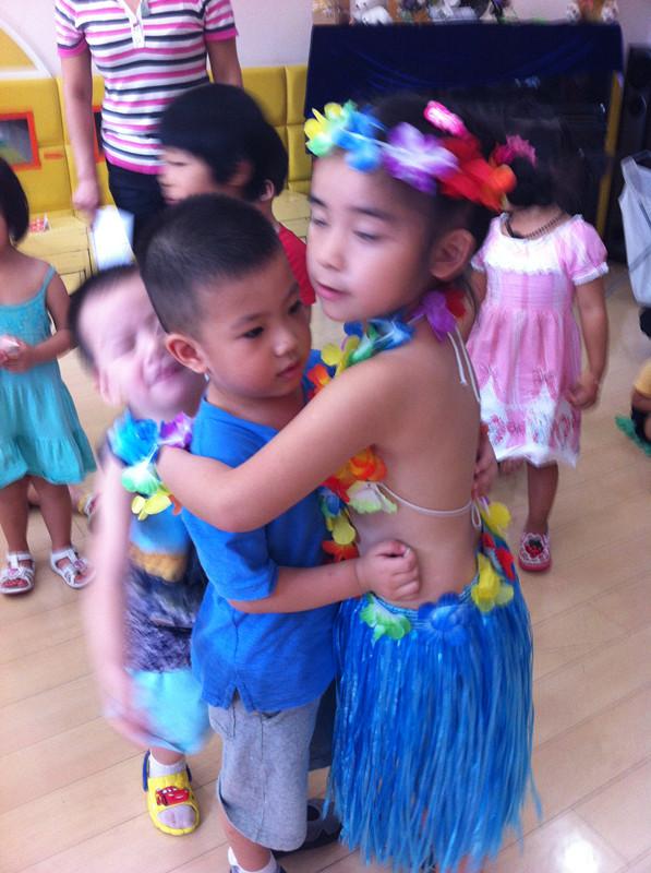 抱抱可爱的小弟弟