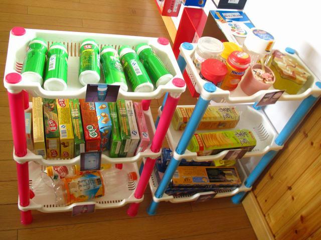 薯片罐子和饼干盒子可以放在超市的