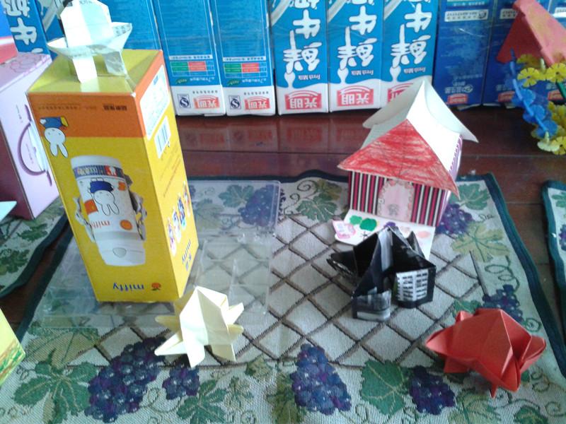 我们还把手工制作的宝塔和废旧的盒子放在一起手工