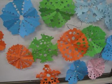 2月20日上午, 老师为幼儿设计了剪窗花的活动.