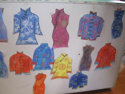 图为小朋友在设计花纹,然后为唐装上色.最后作品的呈现.