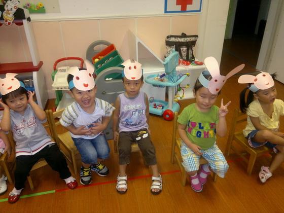9月9日是中秋节前夕的一个周末,我们给孩子们讲了中秋节来历的故事.