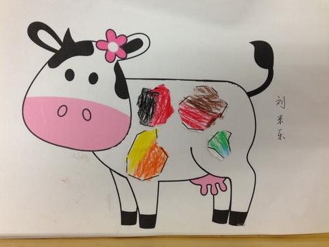奶牛是黑白皮毛的动物,今天小朋友们给奶牛穿上了美丽的花衣裳,把它