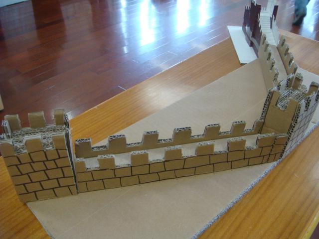 这是庄思晗爸爸用纸盒做得长城,真漂亮.