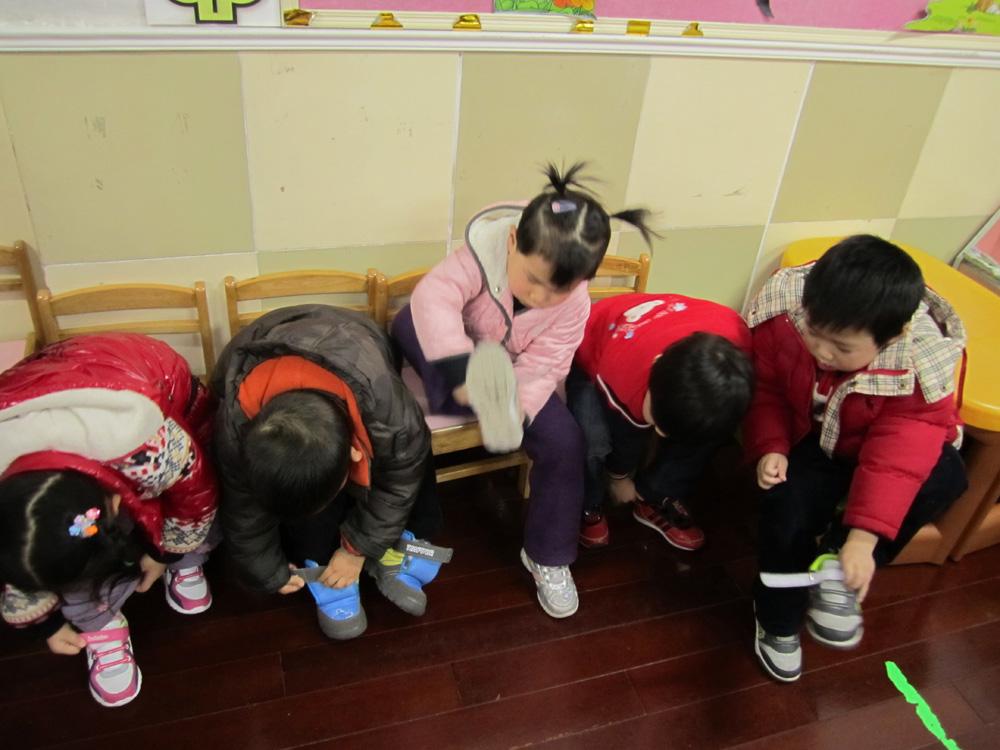 自己穿鞋子~~              相关附件:   无 白玉新村幼儿园(总园)