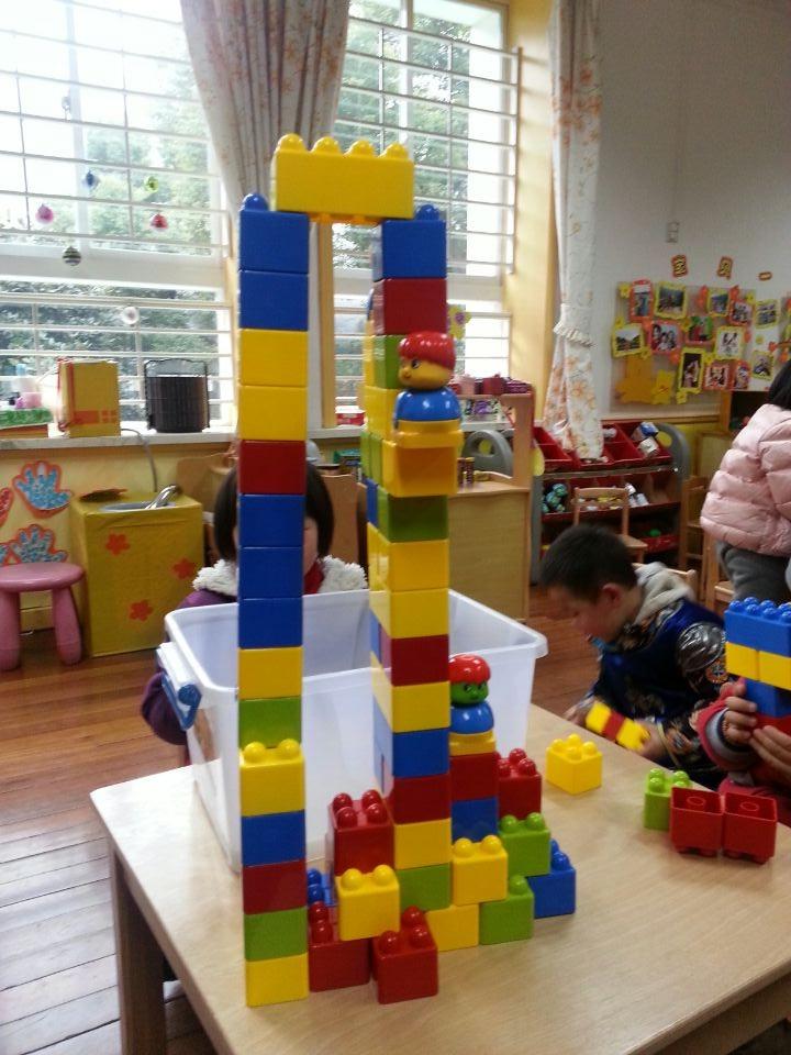 孩子可以用积木搭高楼,搭汽车,搭火车等等现实生活出经常会出现的