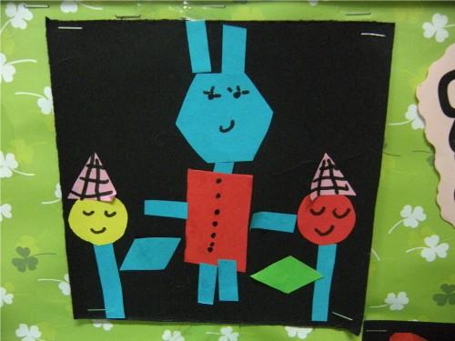 为孩子们提供了各种颜色,各种图形宝宝的纸片,让孩子在黑色卡纸上拼贴