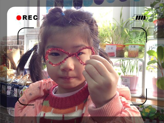 瞧这是我的眼镜,红色扭扭棒做的哦!