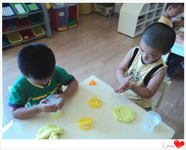 马宇谦和张世佳小朋友也在很努力地搓着橡皮泥