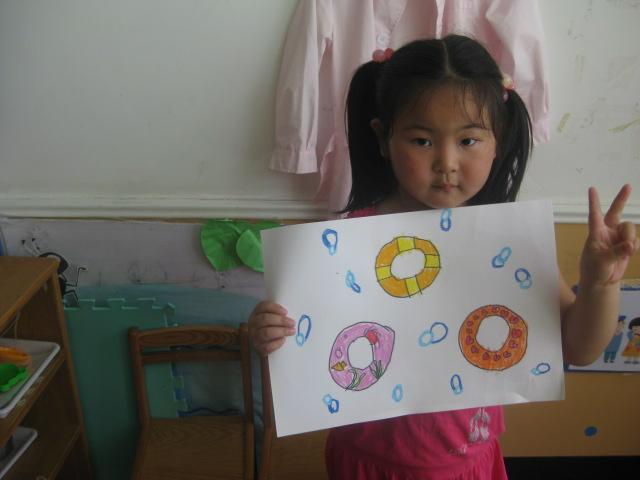 班级相册  发布时间: 2012年6月21日 宝宝画了三种不同图案的游泳圈