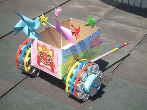 请每个家庭的爸爸妈妈利用生活废旧材料制作一辆汽车,引导幼儿建立一
