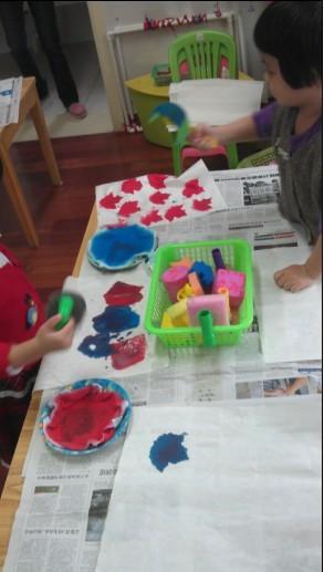 今天宝宝们尝试用各种工具进行印画(塑料积木,木头,瓶盖,裁成各种图形