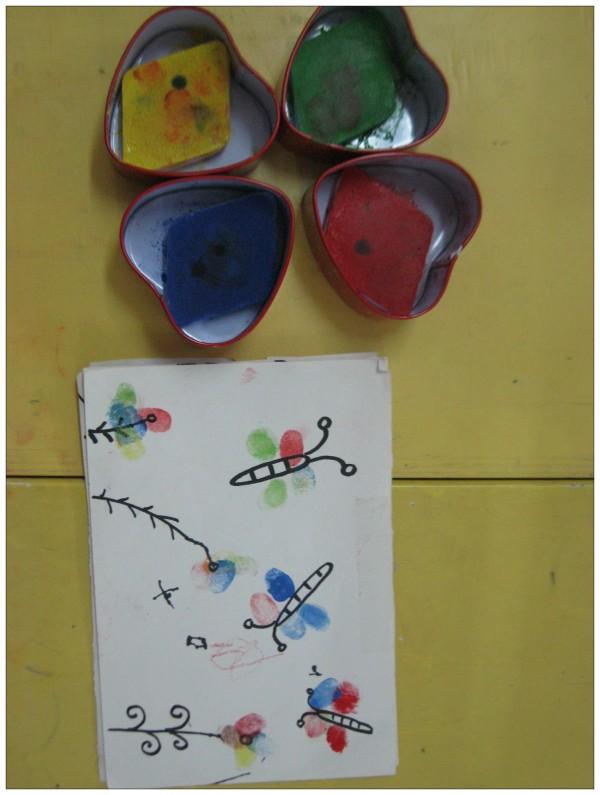 名称:手指点点 材料:4种颜色的颜料,铅画纸,记号笔,抹布 玩法: 1